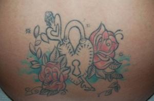 心脏,小盒和花朵纹身