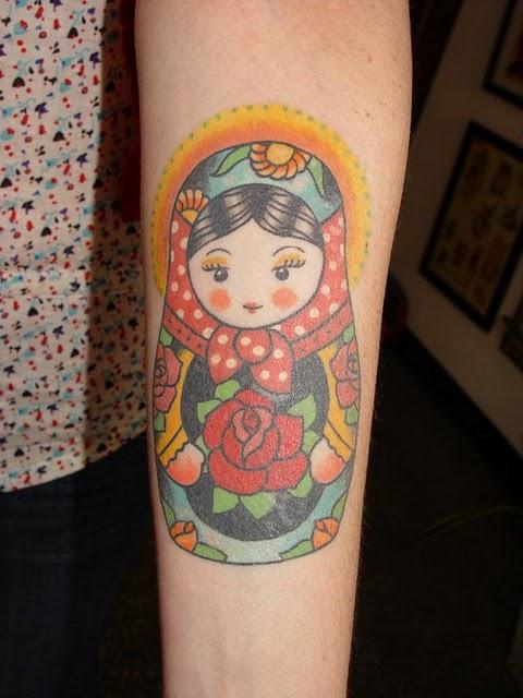 手臂上的娃娃