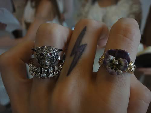 闪电手指纹身
