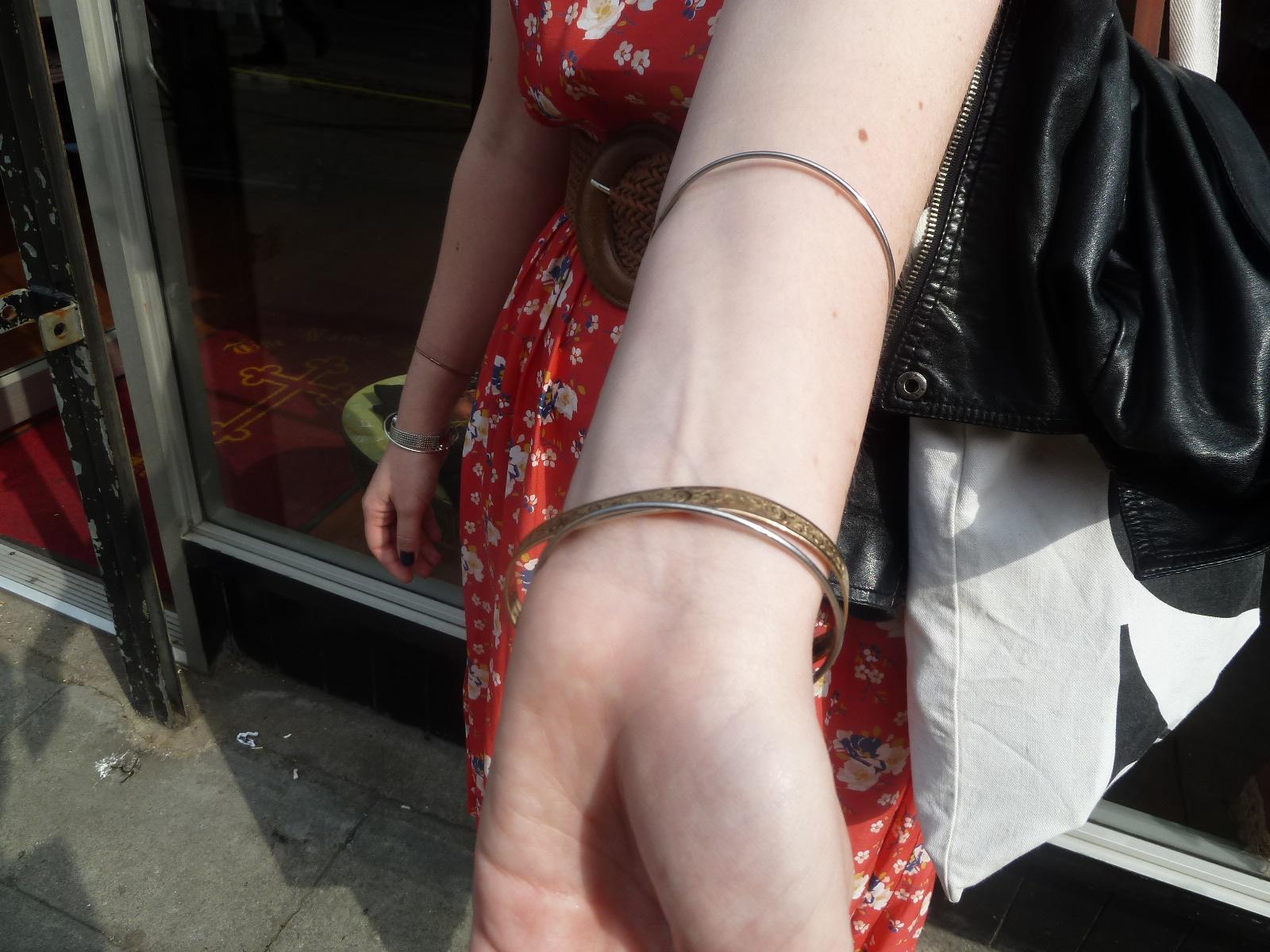 纹身前裸露手腕。